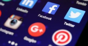 فيسبوك تحظر تثبيت تطبيقاتها على 2-8-300x158.jpg